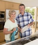 Ältere schöne Mittelalterpaare herum 70 Jahre alte lächelnde h Lizenzfreie Stockfotos