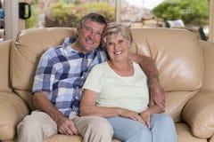 Ältere schöne Mittelalterpaare herum 70 Jahre alte lächelnde h Stockbild