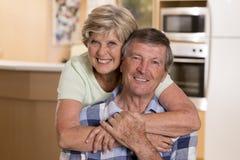 Ältere schöne Mittelalterpaare herum 70 Jahre alte lächelnde h Stockfotografie