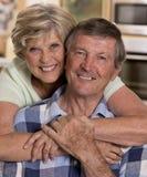 Ältere schöne Mittelalterpaare herum 70 Jahre alte lächelnde h Lizenzfreies Stockfoto
