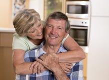 Ältere schöne Mittelalterpaare herum 70 Jahre alte lächelnde h Lizenzfreie Stockbilder