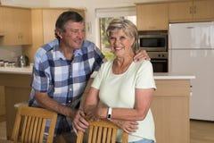 Ältere schöne Mittelalterpaare herum 70 Jahre alte lächelnde h Stockbilder