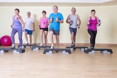 Ältere Schrittklasse mit Gewichten Stockfotografie