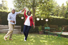 Ältere schwarze Paare tanzen in ihren hinteren Garten, in voller Länge lizenzfreie stockfotos