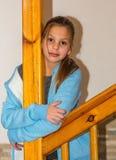 Ältere Schwester Alice nahe der hölzernen Treppe Stockfoto