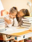 Ältere Schwester, die sehr umgekippte jüngere Schwester umarmt, die Probleme erhielt Lizenzfreies Stockfoto