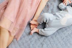 ?ltere Schwester mit ihrem neugeborenen Bruder Schwesterliebe illusytration mit Wolken, der Sonne und Buggy lizenzfreie stockfotografie