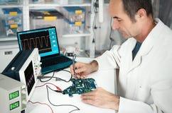 Ältere Technologie arbeitet in der hartware Reparaturanlage lizenzfreies stockbild