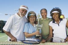 Ältere Tennis-Spieler, die Trophäe halten Stockfotografie
