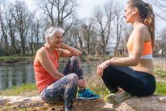 Ältere und junge Frau, die auf Klotz nach Sport stillsteht Lizenzfreie Stockbilder