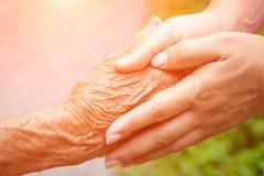 Ältere und junge Holdinghände Lizenzfreie Stockfotos