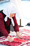 Ältere ungarische ethnische Frau, die traditionelles Kostüm Klausenburg Napoca Rumänien trägt stockfotografie