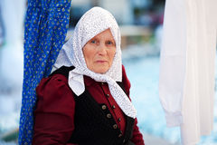 Ältere ungarische ethnische Frau, die traditionelles Kostüm Klausenburg Napoca Rumänien trägt Lizenzfreies Stockbild