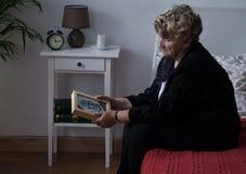 Ältere verwitwete Dame im Leid Stockbild