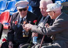 Ältere Veterane des Treffens des Zweiten Weltkrieges auf Tribünen Stockbilder