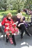 Ältere Veteranenfrau und junge Frau Lizenzfreies Stockfoto