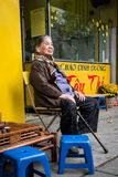 Ältere vietnamesische Frau, die in der Straße sitzt lizenzfreies stockfoto