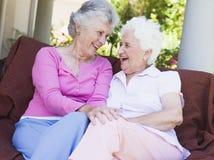 Ältere weibliche Freunde, die zusammen plaudern stockbilder