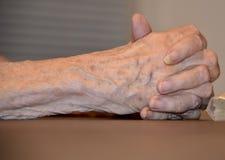 Ältere weibliche Hände umklammert Stockfotografie
