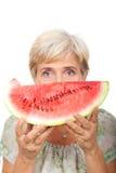 Ältere weibliche Holdingwassermelone Stockbilder