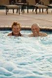 Ältere, welche die heiße Wanne genießen Stockfotos