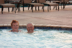 Ältere, welche die heiße Wanne h genießen Stockfotografie