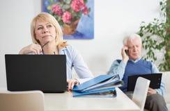 Ältere Wirtschaftler, die zu Hause arbeiten lizenzfreies stockfoto