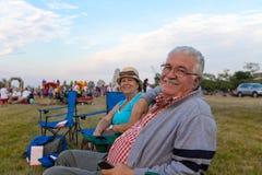 Ältere Zuschauer, die in Deckchairs sitzen Stockfoto