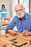 Älteren spielenden Alzheimer am Domino stockbilder
