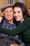 Älterer älterer Großvater und jugendlich Enkelin Lizenzfreies Stockfoto