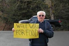 Älterer älterer Mann mit Zeichen für Arbeit