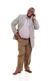 Älterer afrikanischer Mannhandy stockfotos