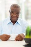 Älterer afrikanischer Mannkaffee stockfotos