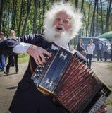 Älterer Akkordeonspieler - Sänger von Volksliedern an der Unterseite der Stadt im Republik Belarus Lizenzfreies Stockfoto