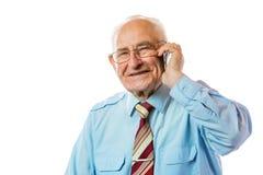 Älterer älterer alter Geschäftsmann, der seinen Handy und Lächeln lokalisiert auf weißem Hintergrund verwendet stockfotos