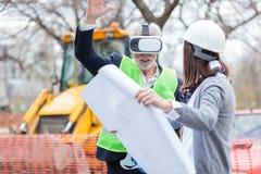 Älterer Architekt oder Geschäftsmann, der Schutzbrillen der virtuellen Realität auf einer Baustelle verwendet lizenzfreie stockfotos