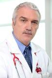 Älterer Arzt für Allgemeinmedizin Stockfoto