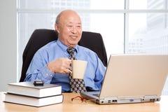 Älterer asiatischer Geschäftsmann stockfotos