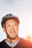Älterer asiatischer Mann mit Fahrradsturzhelm Stockfotografie