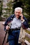 Älterer auf Handy Stockfotografie