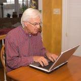 Älterer auf Laptop Lizenzfreies Stockbild