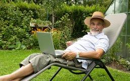 Älterer auf Laptop Lizenzfreie Stockbilder