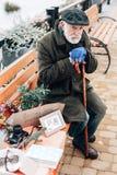Älterer bärtiger Mann, der an sein Leben denkt stockfotos