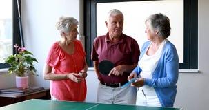 Älterer Bürger, der auf einander einwirkend steht stock video