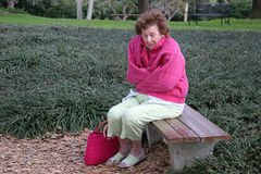Älterer Bürger kalt u. alleine stockfotografie