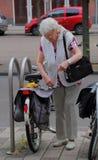 Älterer Bürger verwendet Fahrradtransport in den Niederlanden Stockbilder