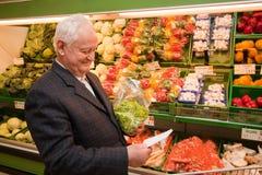 Älterer beim Einkauf stockfoto