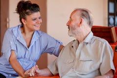 Älterer Betreuer oder Krankenschwester Stockfotos