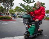Älterer Bewohner Castro Districts nimmt einen Weihnachtsbaum mit nach Hause Lizenzfreies Stockfoto