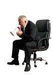 Älterer Chef, der unten schreit und schaut Stockfoto